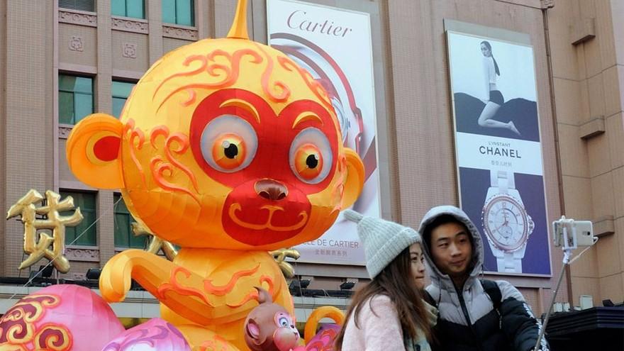 Beijing : une lanterne gigantesque de singe exposée à Wangfujing