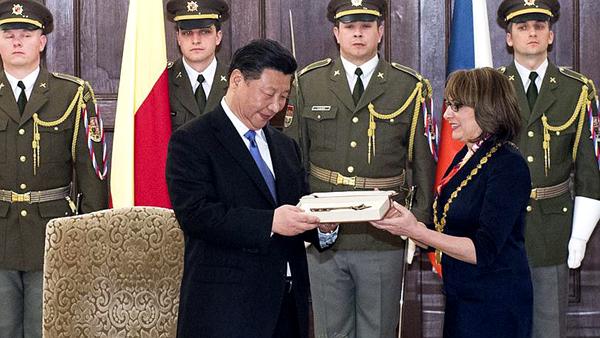 Xi Jinping reçoit la clé de Prague