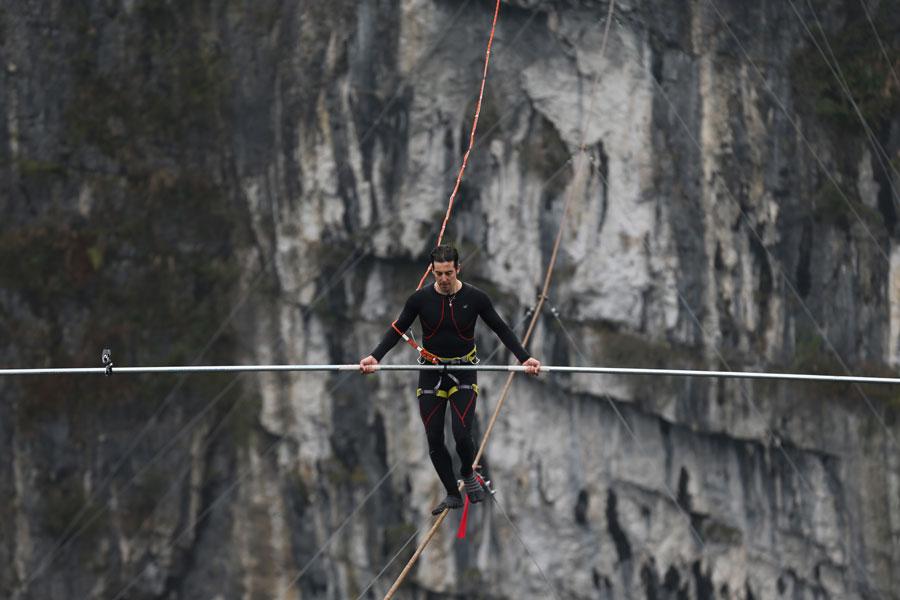 Un Suisse remporte le défi du « Coureur Funambule » à 300 mètres au-dessus du sol