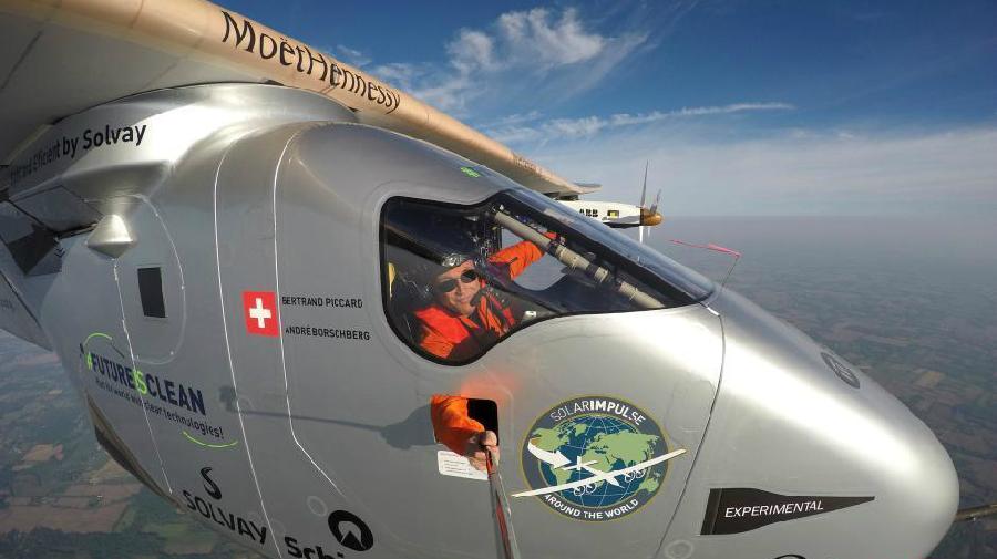 Bertrand Piccard prend un selfie en plein vol à bord du Solar Impulse 2