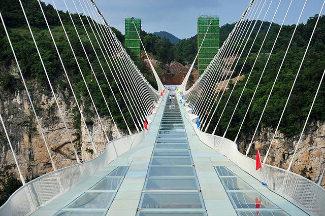 le pont de verre de la vall e de zhangjiajie est achev. Black Bedroom Furniture Sets. Home Design Ideas