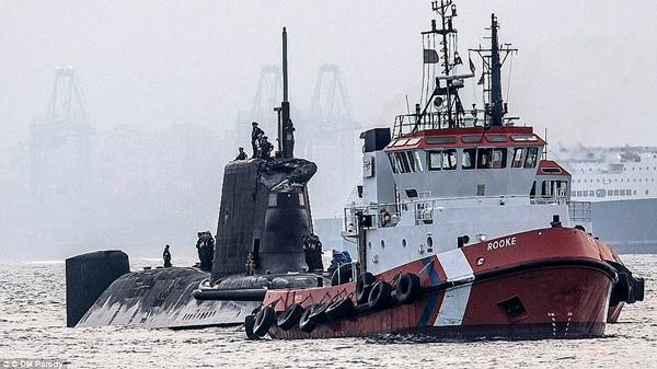 Un sous-marin nucléaire britannique percute un navire de commerce
