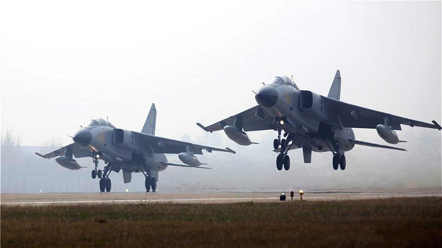 Les pilotes de la force aérienne de l'APL en formation