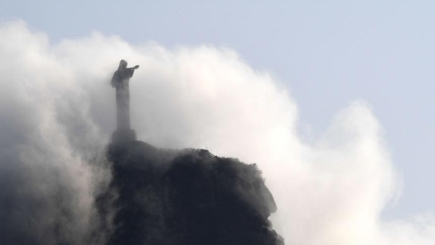 Rio : le Christ Rédempteur joue à cache-cache dans les nuages
