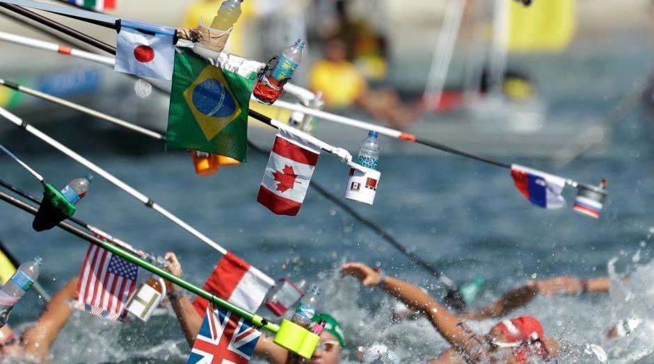 Rio 2016 : le ravitaillement des nageurs pendant le 10 km en eau libre