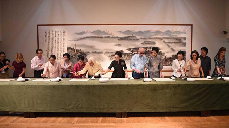 Peng Liyuan et les épouses des dirigeants du Sommet du G20 en visite à l'Académie chinoise des Arts