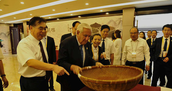 Jean-Pierre Raffarin assiste à l'Expo internationale de la Route de la soie à Dunhuang