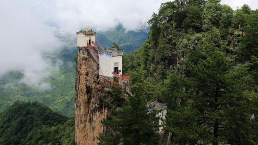 Construit sur la falaise, voici bâtiment le plus dangereux du monde