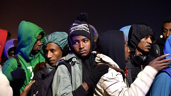 Les premiers migrants ont été évacués de Calais