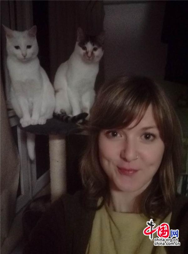 Une Allemande et ses deux chats dans un hutong de Beijing