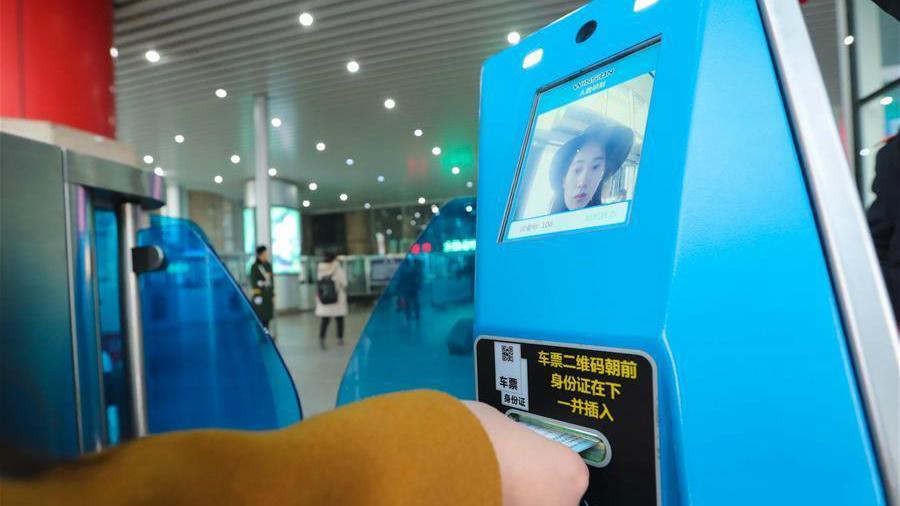 Des composteurs à reconnaissance faciale mis en service à la gare de l'Ouest de Beijing