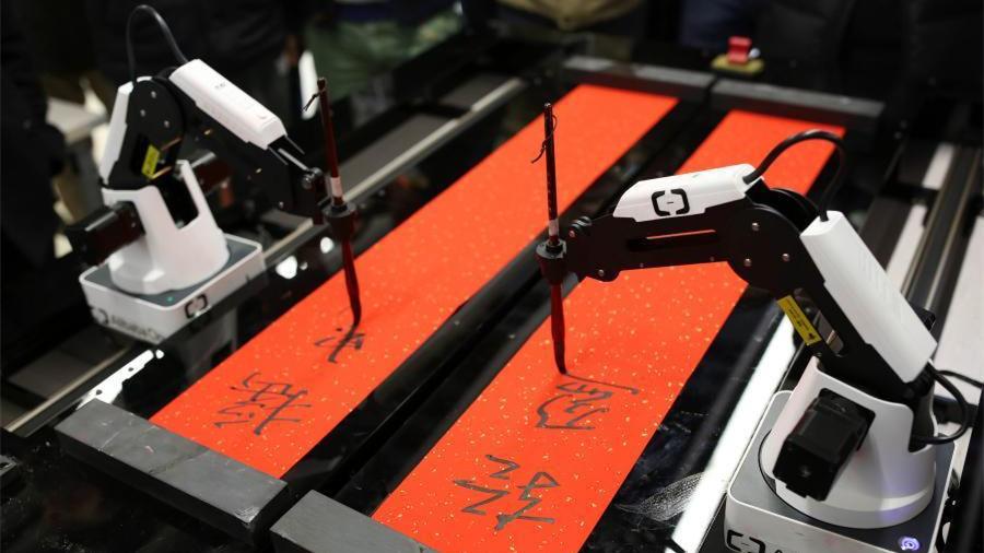 Un robot écrit des couplets traditionnels de la Fête du Printemps chez Alibaba