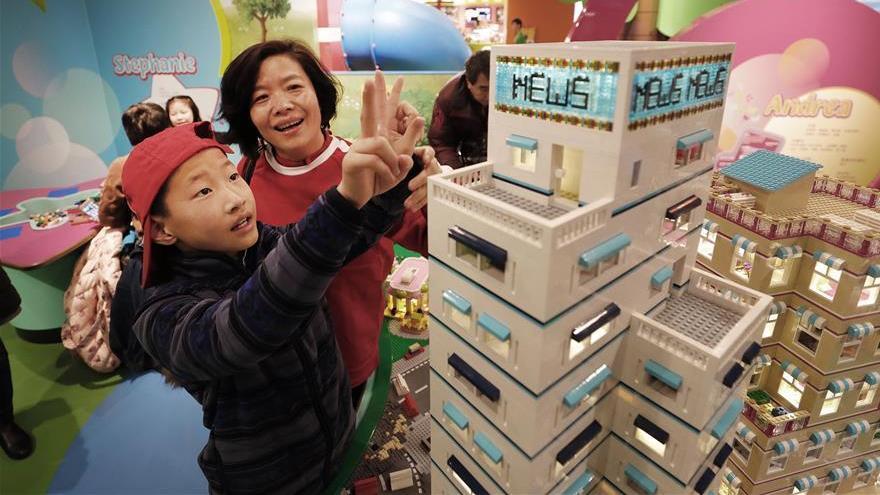 Les enfants admirent des maquettes de bâtiments au Centre Legoland Discovery de Shanghai