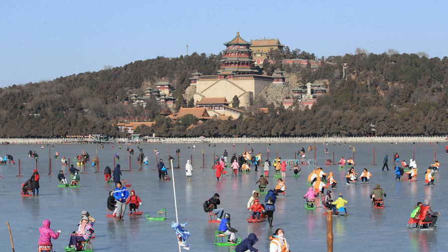 Ouverture au public de quatre patinoires naturelles en extérieur à Beijing