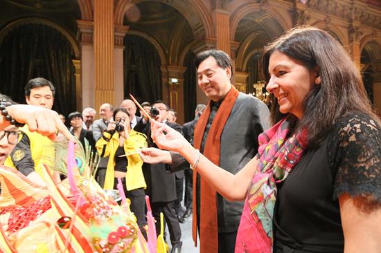 La maire de Paris célèbre la fête du Printemps avec des résidents chinois