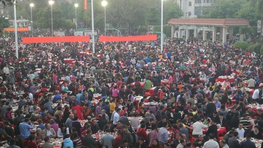 Guangdong : tenue d'un banquet de plus de 20 000 personnes