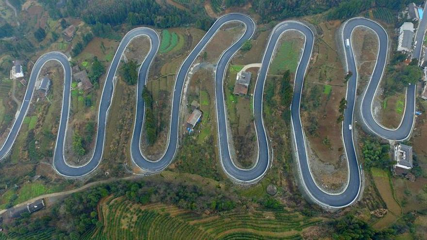 Une route, comme une ceinture de jade serpentant dans la montagne