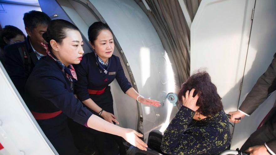 Mère et fille et hôtesses de l'air dans la même compagnie aérienne