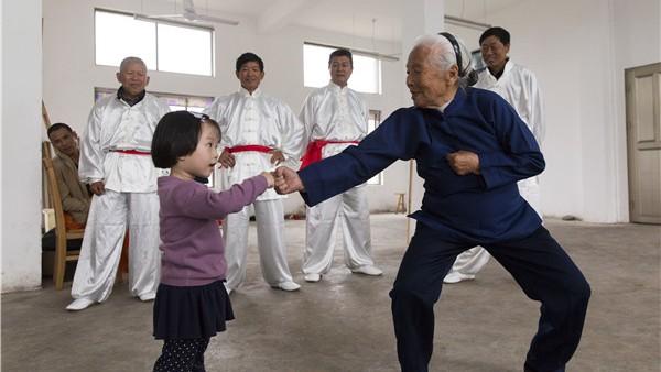 Une « Mamie Kung-fu » de 94 ans fait un carton en ligne