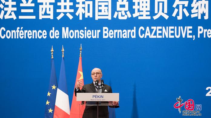 Bernard Cazeneuve prononce un discours devant 300 étudiants en Chine (Vidéo)