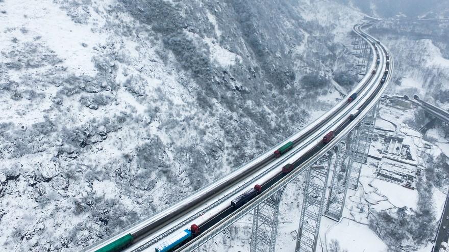 Le trafic autoroutier perturbé par de fortes chutes de neige dans le Sud-ouest de la Chine