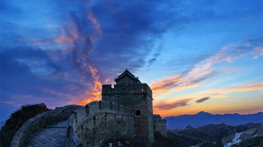 La Grande Muraille de Jinshanling vue sous la lueur colorée du crépuscule