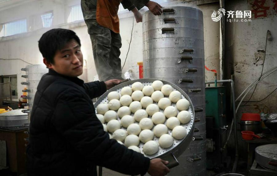Il gagne 20 000 yuans par mois en vendant du pain chinois