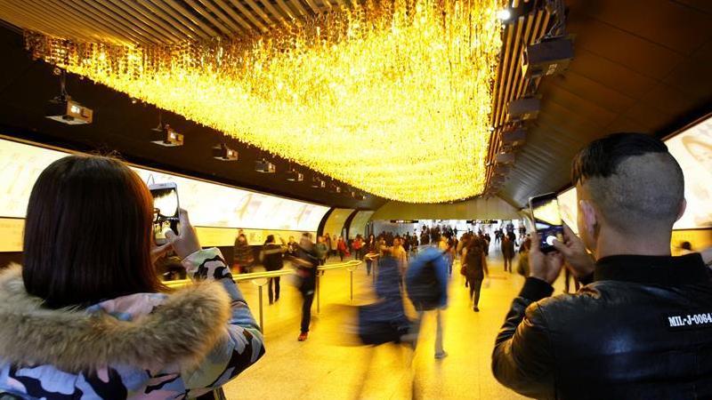 Shanghai : une lumière dorée illumine une station de métro