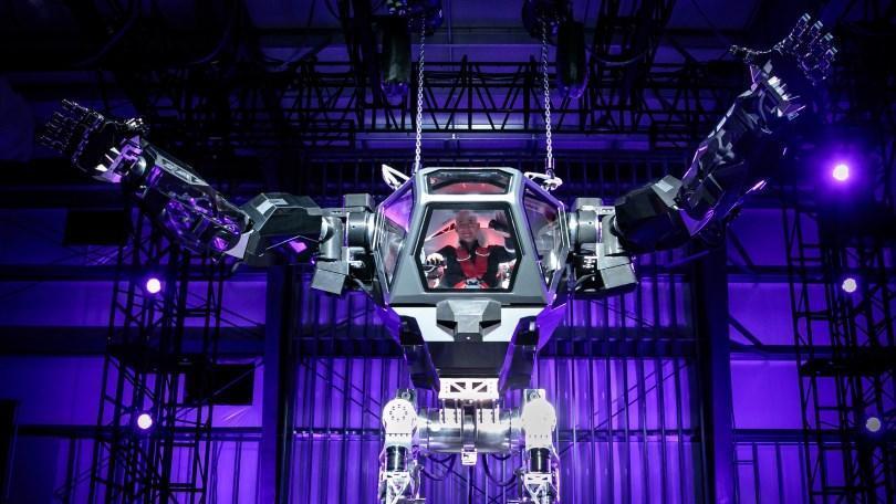Jeff Bezos contrôle un robot géant