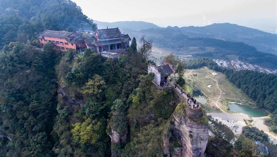 Chongqing : un temple millénaire au sommet d'une falaise