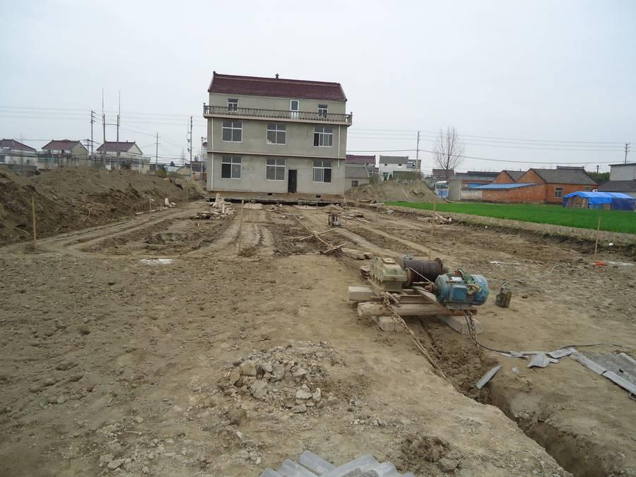 un villageois du jiangsu d pense plus de 16 000 euros pour d placer sa maison de 150 m tres. Black Bedroom Furniture Sets. Home Design Ideas