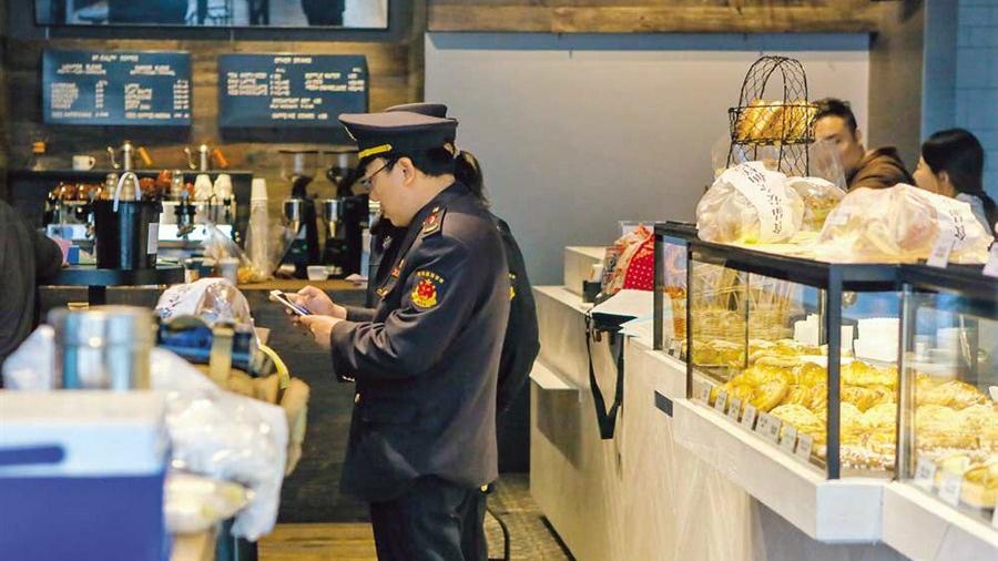 Des dirigeants d'une boulangerie française arrêtés et tous ses points de vente fermés à Shanghai pour utilisation de farine périmée