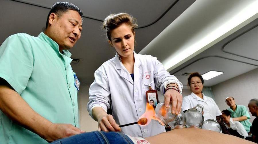 Anaelle, une jeune Française diplômée en médecine traditionnelle chinoise