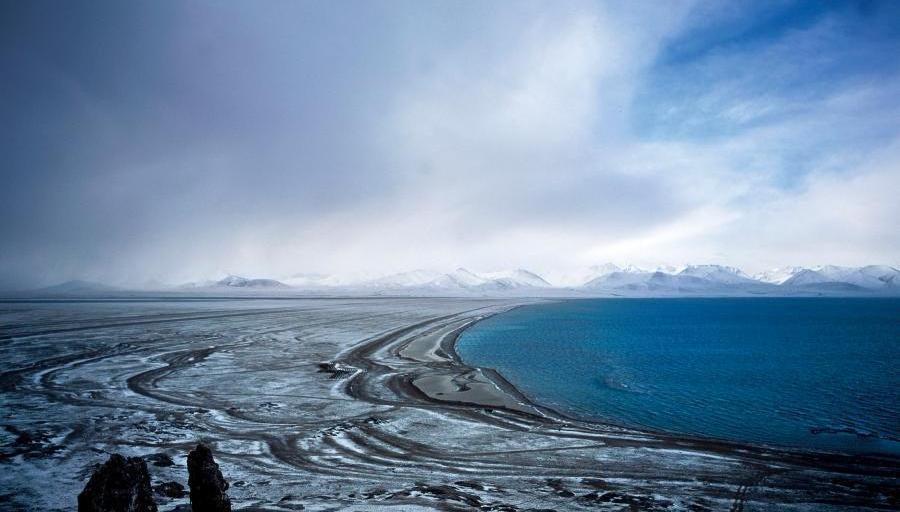 Les monts Nyainqentanglha et le lac Namtso au Tibet
