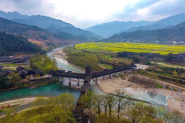 Un village traditionnel qui respire le printemps