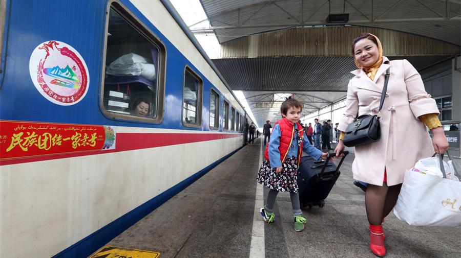 Mise en service d'un train interurbain entre Urumqi et Hetian