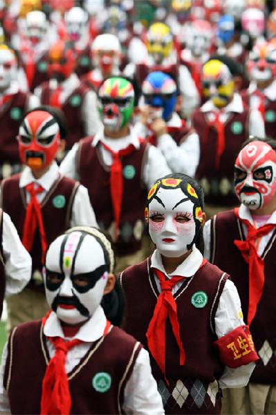 1400 élèves en masques découvrent l'opéra traditionnel chinois à Wuhan