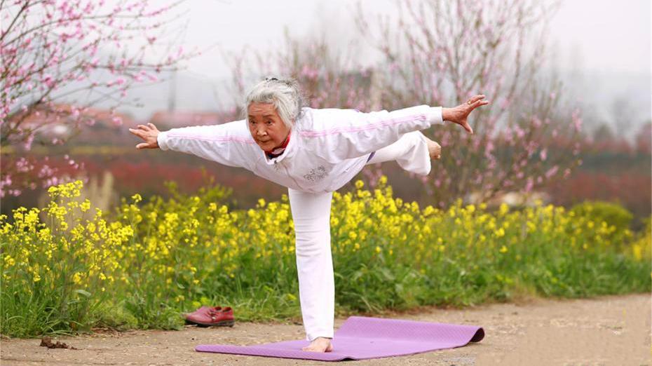 Hubei : une yogi de 75 ans pratique le yoga depuis 14 ans