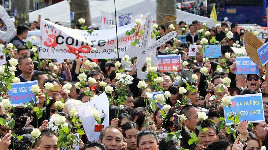 Paris : des milliers de résidents chinois se réunissent pour rendre hommage à Liu Shaoyao