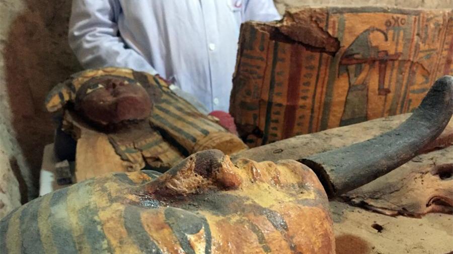 Découverte de plusieurs momies dans une tombe vieille de 3 500 ans en Égypte