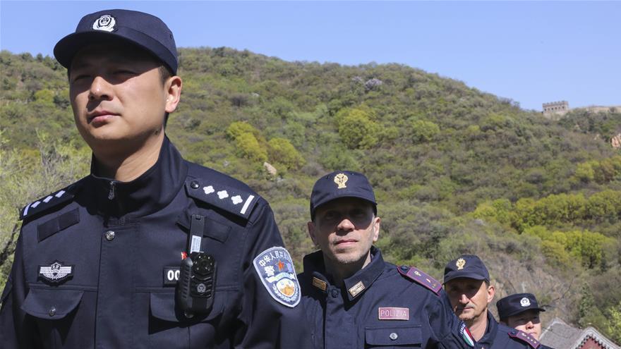 Une patrouille conjointe sino-italienne à la Grande-Muraille