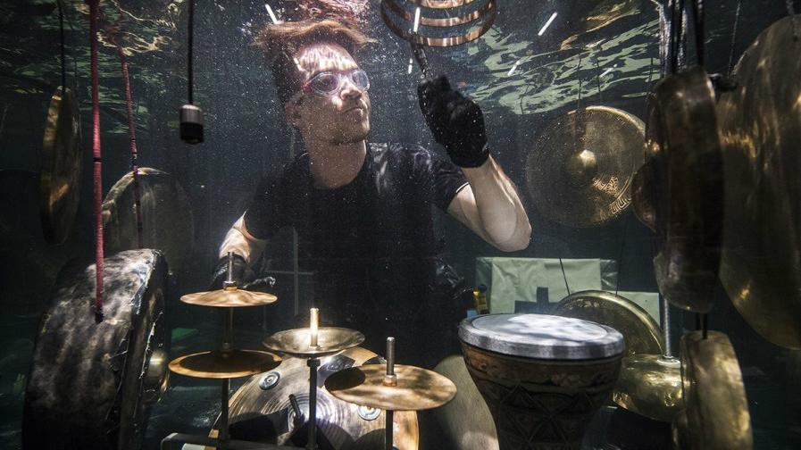 Le premier groupe sous-marin du monde prépare son concert dans des aquariums