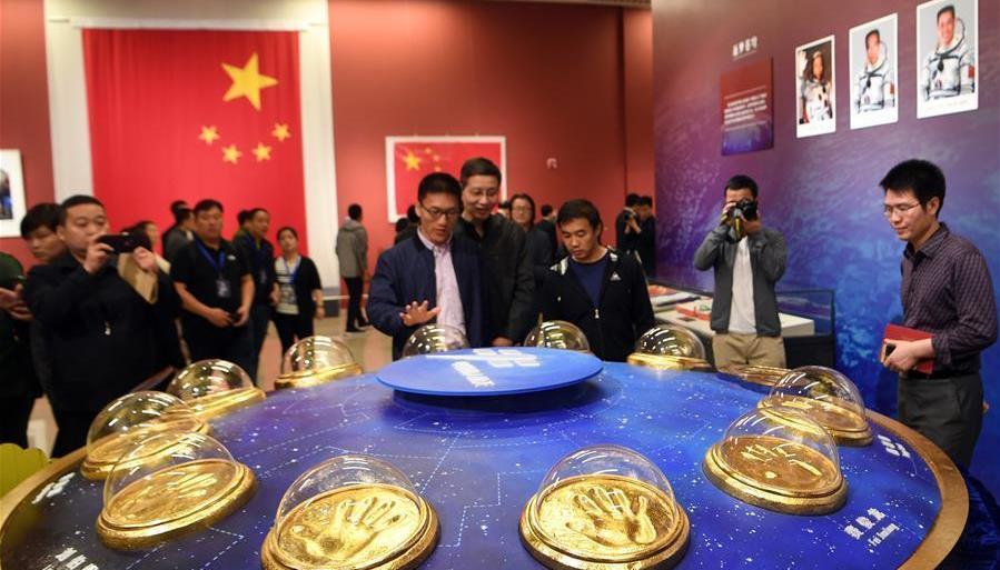 Les empreintes de main des 11 taïkonautes chinois exposées au Musée national