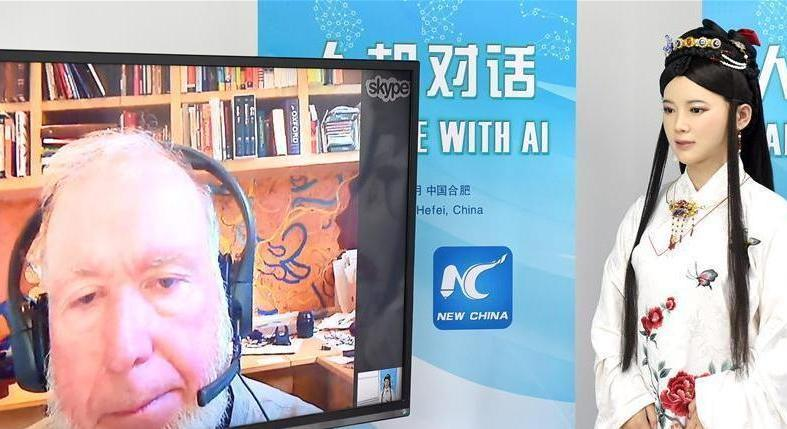 Le robot interactif chinois Jiajia discute avec Kevin Kelly