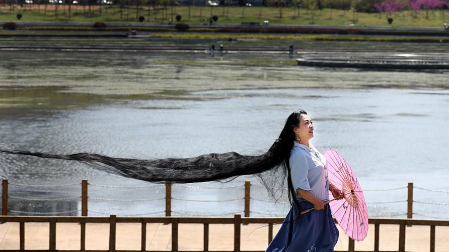 L'incroyable chevelure de 3 mètres de long d'une femme de 62 ans