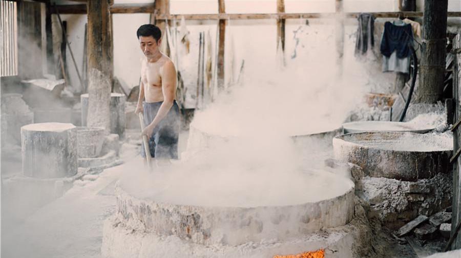 Un puits de sel antique perpétue une méthode de production bimillénaire dans le sud-ouest de la Chine