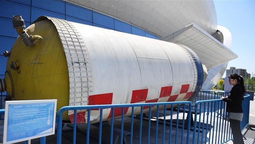 Un débris de la fusée Longue marche 2F exposé dans un parc du Hebei