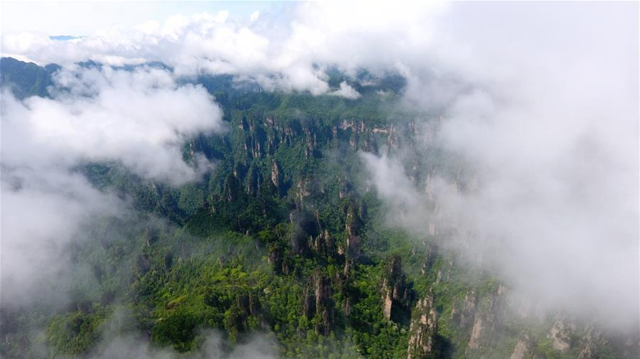 Hunan : le site du mont Tianmen enveloppé par des nuages
