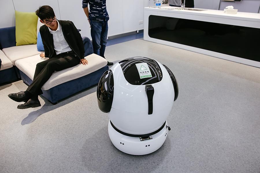 Embrasser, écrire, voler... les robots du Sommet de Yuyao savent tout faire