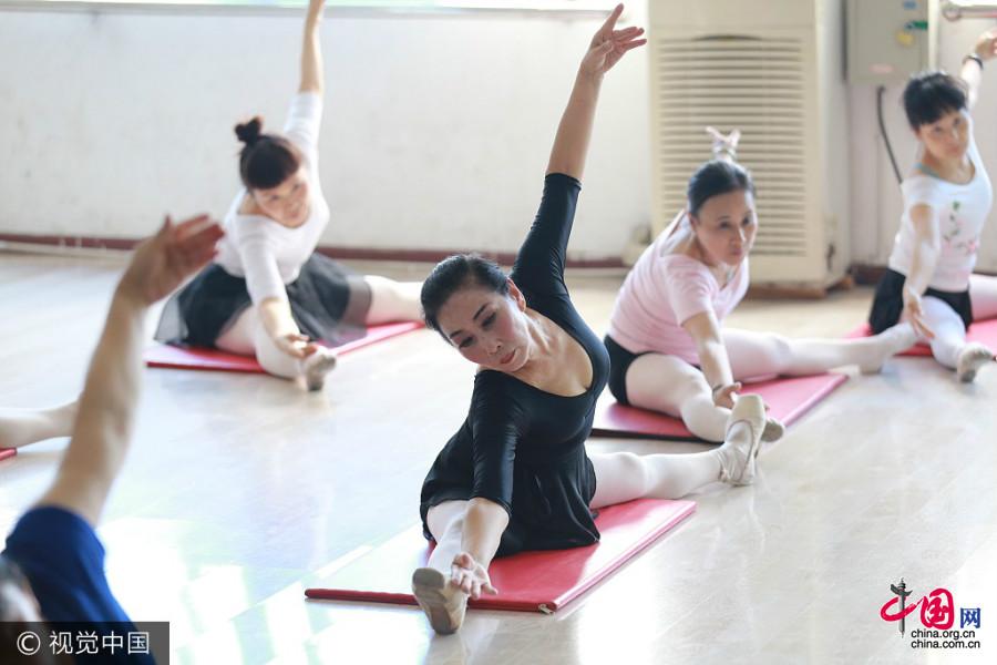 Chongqing : une mamie de 70 ans poursuit son rêve de ballet